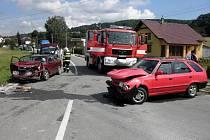 Veselští hasiči pomáhají u čelní strážky dvou aut ve slovenských Vrbovcích.