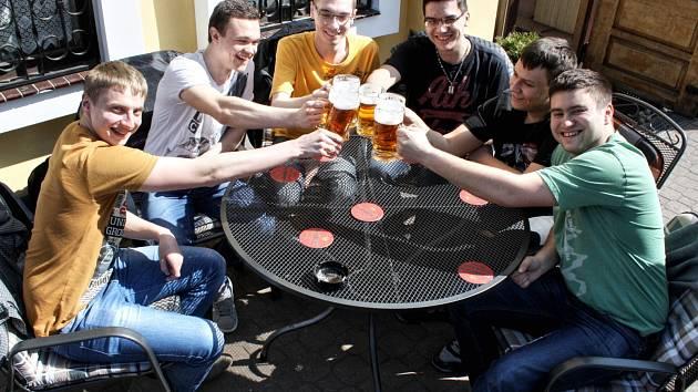 Díky teplému počasí mohli letos majitelé restaurací otevřít letní zahrádky dřív. K osvěžení je využívají například studenti středních škol v Hodoníně.