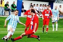 Šardický Ondřej Crla (v modrobílém) bojuje o míč se zadákem Líšně.