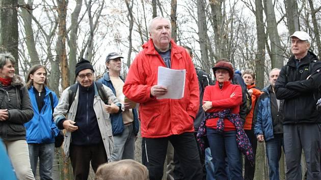 Turistický výšlap vedený Luďkem Šimkem obešel památníky a bunkr rozeseté po Chřibech. Cestami partyzánů šlo asi padesát lidí.