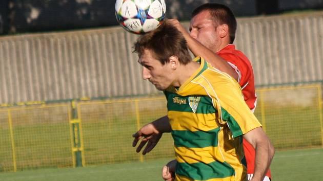 Mutěnický stoper Lubomír Kupčík (ve žlutém dresu) neměl v hlavičkových soubojích problémy, vinaři doma zdolali Lanžhit 4:0.