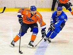 Hodonínští hokejisté (v oranžových dresech) si ve druhé lize připsali třetí výhru v řadě. Drtiči v sobotu skolili Bobry 3:1 a ve východní skupině uhájili bronzovou pozici.