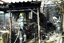 Tři jednotky hasičů likvidovaly v neděli požár chaty v Hodoníně.