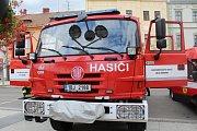 Nový vůz hodonínských dobrovolných hasičů požehnal děkan.