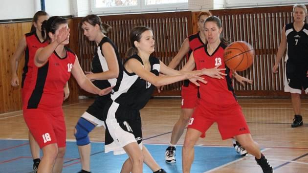 Hráčka Ratíškovic Martina Lokajová (v černém) bojuje o míč v zápase s Vyškovem. Baník porazil pslední tým soutěže 70:43.