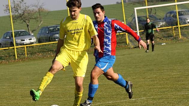 Fotbalisté Kozojídek (ve žlutých dresech) doma porazili Ždánice 2:1 a sedm zápasů před koncem letošní sezony drží sedmibodový náskok před druhými Vnorovy.