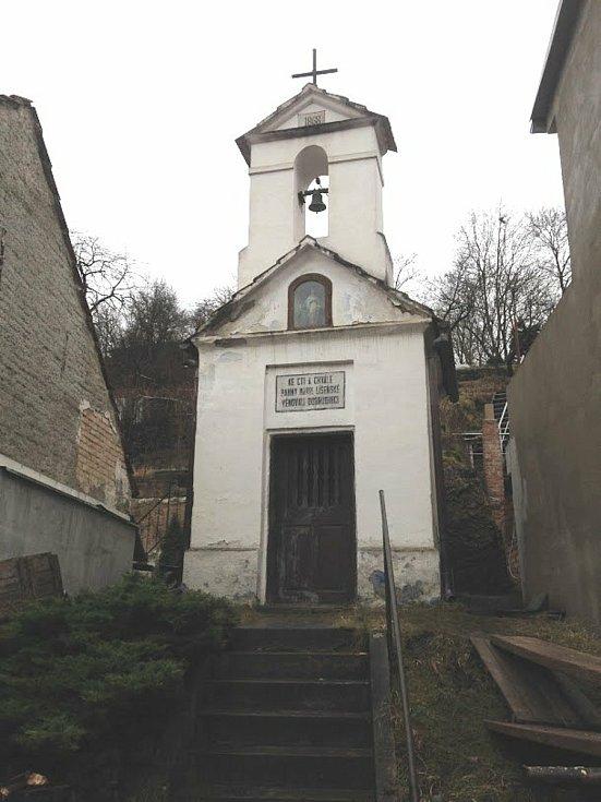 Kaplička se zvonicí v Ondráčkově ulici v Líšni v Brně. Stavebníci obnovili interiér i vnější plášť stavby.