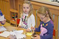 Děti z mateřské školy Sluníčko v Ratíškovicích tvořily s rodiči vánoční dekorace.