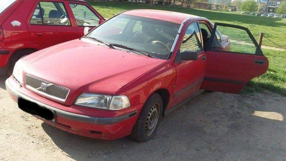 Odstavené auto, v němž asi měsíc na zadním sedadle ležel mrtvý pes.