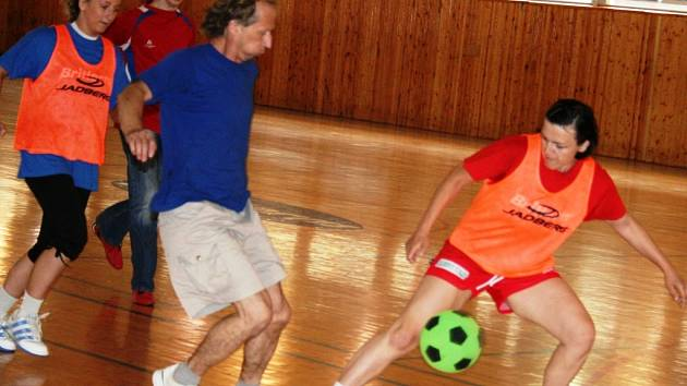 Házenkářky Veselí nad Moravou zakončily letošní veleúspěšnou sezonu fotbalem proti fanouškům a členům z vedení klubu.