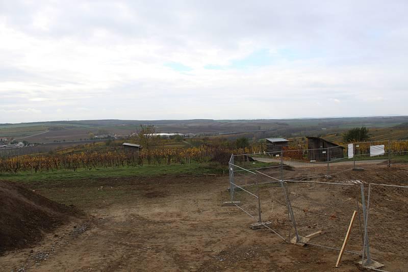 Stavba nové rozhledny nad Mutěnicemi a výhledy od ní.
