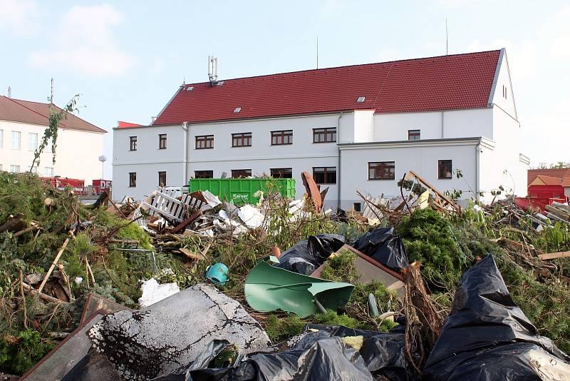 Fotbalové hřiště v zasažených Lužicích se proměnilo v improvizovanou skládku.
