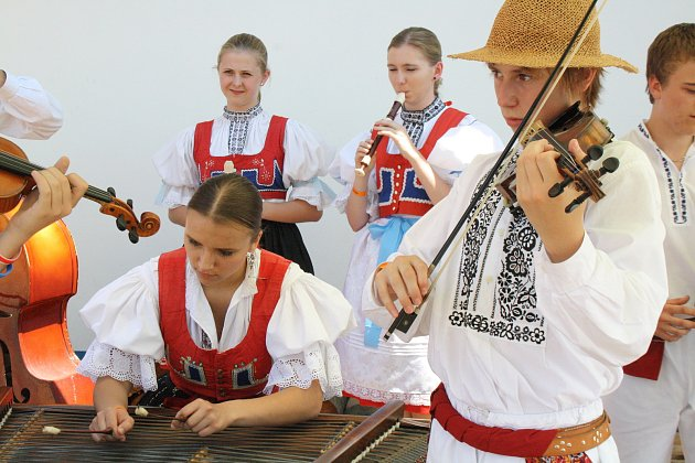 Martin Vašulka scimbálovou muzikou Friška uBukovanského mlýna.