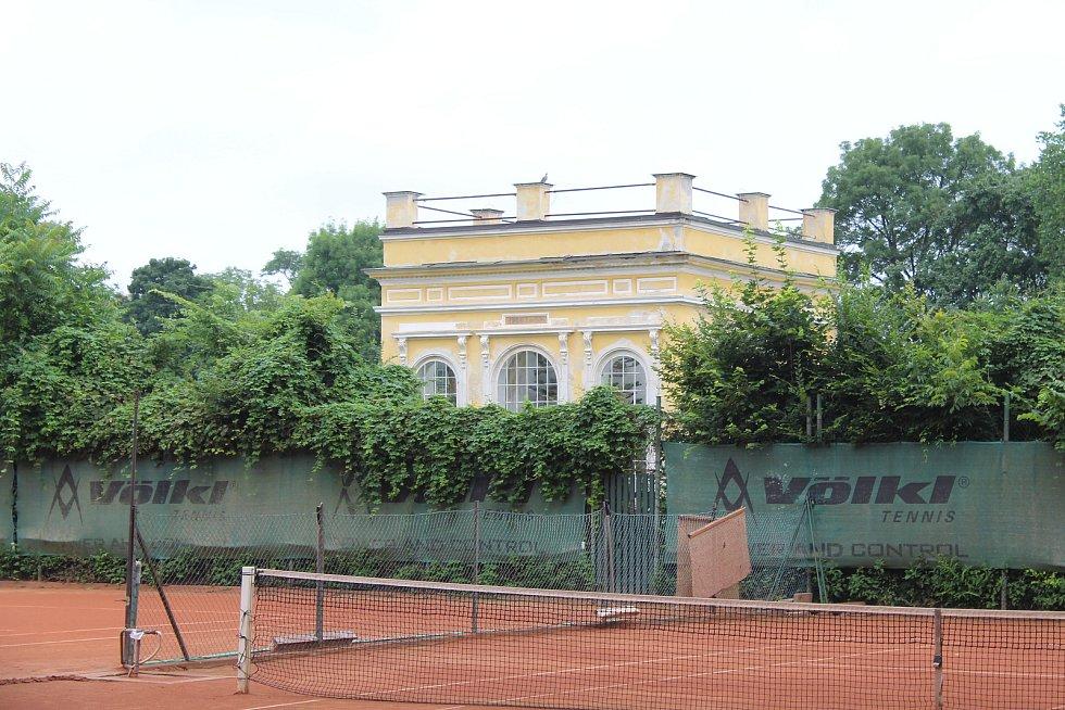Areál bývalého zámeckého zahradnictví ve Veselí nad Moravou v červenci 2020.