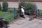 Muž odjíždí na kradeném kole od vracovského nádraží.