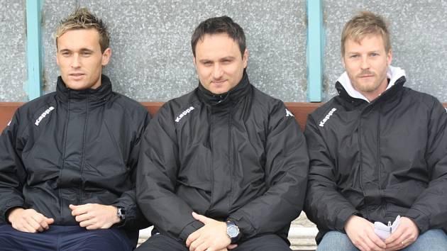 Fotbalisty divizního Hodonína povedou ve zbývajících dvou zápasech letošního ročníku trenéři mládeže Mario Rossi (vpravo), LUkáš Fojhtík (uprostřed) a Vladimír Beker.