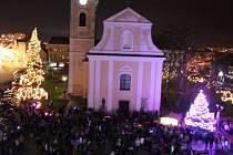 Lidé společně na hodonínském Masarykově náměstí rozsvítili vánoční strom.