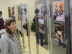 Zahájení výstavy fotografií hodonínského cestovatele Jiřího Sladkého Írán, lidé z pouště v Městské knihovně v Hodoníně.