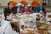 Prázdninové tvoření připravili pro školáky zaměstnanci dětského oddělení hodonínské knihovny. Role přednášejícího se jako již každoročně zhostil Tomáš Machek. Loutkář, herec a učitel dramatických předmětů se zaměřil na výtvarné ztvárnění babičky.