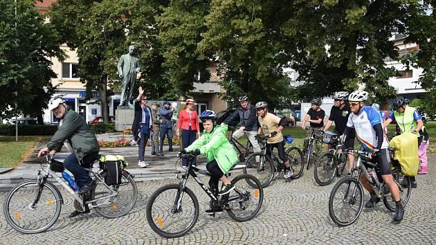 Tradičního dvoudenního cyklopřejezdu z Hodonína do Košarísk se zúčastnilo patnáct Čechů a Slováků.
