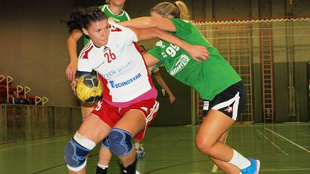 Slovenská pivotka Petra Štetáková (v bílém) je nejkušenější hráčkou Veselí nad Moravou. V Rakousku dala tři branky.