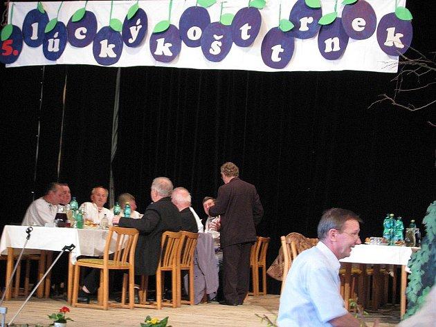 Jakoby se do něj sjelo celé Horňácko, vypadal Kulturní dům v Louce v sobotu. Košt trnek na všechny způsoby zpracovaných přilákal návštěvníky všech druhů.