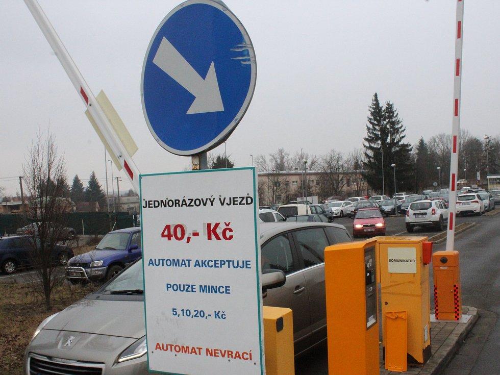 Nový platební terminál na hlavním odstavném parkovišti kyjovské nemocnice.