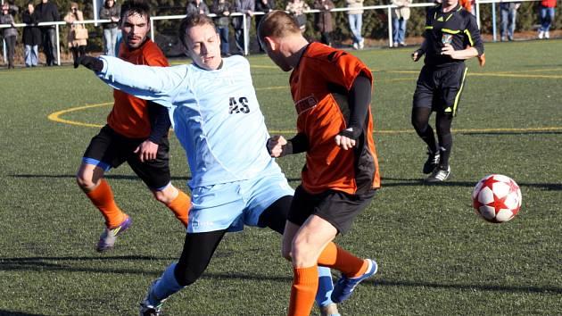Opora Vracova Aleš Vybíral (v modrém) bojuje o míč se dvěma hráči Kyjova. Souboj dvou předních okresních týmů skončil remízou 1:1.