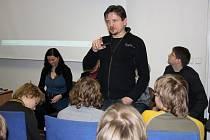 Diskuzi o nástrahách internetu vedl se žáky mutěnicé základní školy moderátor známý z TV pořadu 112tka Mirek Vaňura.