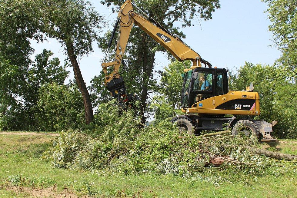 Bouřka polámala stromy na Baťově kanálu