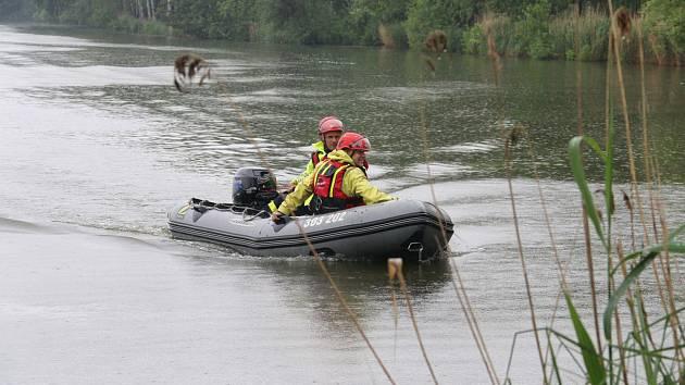 Na dvě stě policistů a členů záchranných složek nacvičovali v lesích u Vracova hledání seniora.