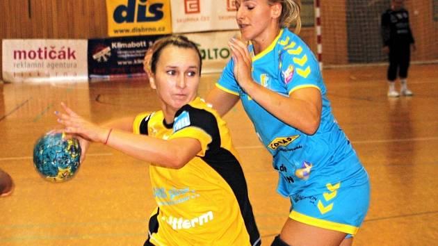 Mladá spojka Veselí nad Moravou Martina Bačíková (vlevo) se přes bránící reprezentantku Helenu Štěrbovou dostala do šance. Slovácký celek remizoval s Toulonem 26:26.