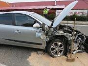 Protijedoucí auto a betonový sloup trefila v pondělí odpoledne řidička opelu při nehodě v Moravském Písku.