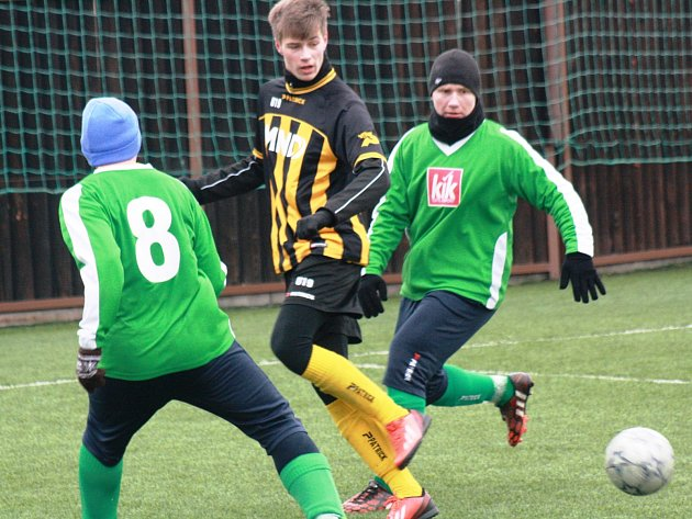 Fotbalisté Dubňan (v zelených dresech) zahájili zimní přípravu remízou 3:3 se starším dorostem divizního Hodonína.