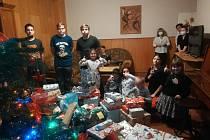 Děti z Dětského domova ve Strážnici měly ze sladkostí od Mikuláše a dárků od Ježíšky radost. FOTO: Archiv domova