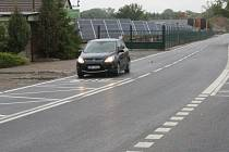 Silnice za Černým mostem má nový asfaltový povrch. Je už průjezdná.