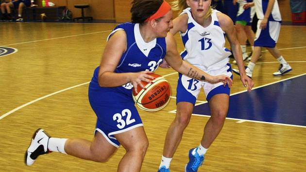 Kyjovská rozehrávačka Petra Holešinská (v bílém) brání hráčku Příbora. Juniorky Jiskry nakonec závěr základní části zvládly, když všechny tři víkendové duely vyhrály.