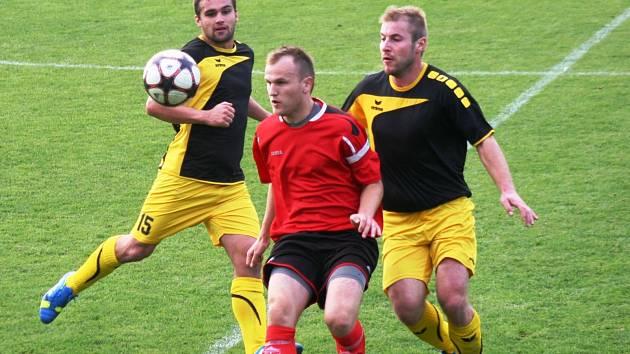 Kapitána Dambořic Václava Matulu pečlivě stráží dvojice poddvorovských hráčů Pavel Bařina (vlevo) a Lukáš Kašík (vpravo).