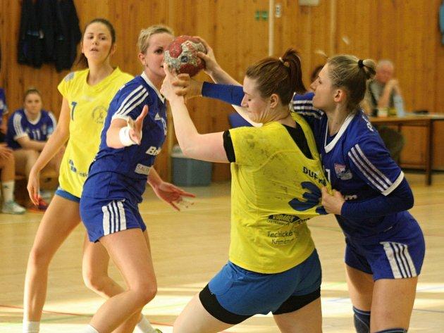 Házenkářky Veselí nad Moravou (v modrých dresech) se s věrnými fanoušky i letošní sezonou rozloučily domácí výhrou nad Zlínem 28:25.