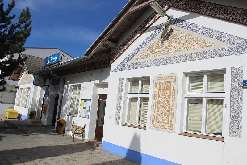Železniční stanice v Lužicích na jaře před tornádem.