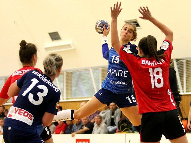 Házenkářky Veselí nad Moravou (v modrých dresech) prohrály v dramatickém sobotním zápase se slovenskou Šaľou 22:23 a přišly o letošní neporazitelnost.