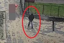 Policisté hledají zloděje batohu.