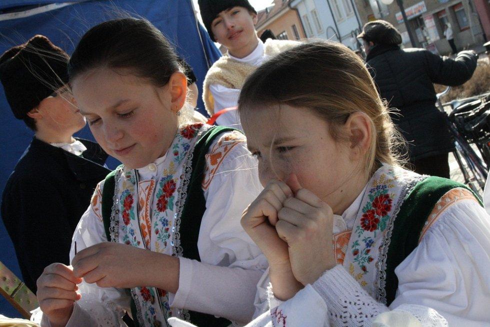 Ve Veselí nad Moravou začal fašank na Panském dvoře. Průvod masek se poté přesunul na Bartolomějské náměstí. Součástí akce bylo i koupání otužilců v řece Moravě.