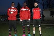 Pondělní trénink na umělé trávě v Dubňanech s fotbalisty divizního Hodonína absolvovaly i posily Radim Kleiber, Modibo Mangara a Julio Dodzi Kotchi.