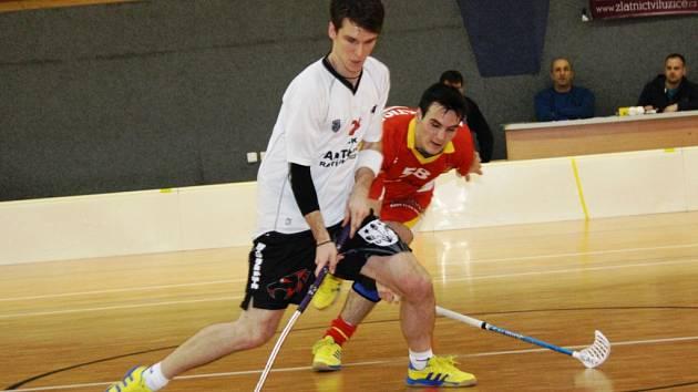 Ratíškovický obránce Tomáš Opluštil (v bílém)si v derby se Bzencem připsal dva body za góly a přihrávku.