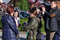 Eva Michaláková (zcela vlevo) hovoří s novináři před začátkem soudu v Hokksundu, který začal 25. května projednávat její odvolání proti rozhodnutí norských úřadů o zbavení rodičovských práv k oběma synům a adopci mladšího chlapce.