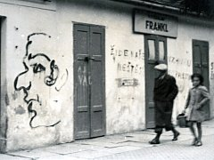 Snímek ukazuje protižidovský nápis v Hodoníně roce 1939 v nynější Dobrovolského ulici.