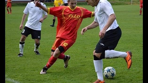 Fotbalisté Dolních Bojanovic (v bílých dresech) prohráli ve 22. kole okresního přeboru s Kozojídkami 3:6.