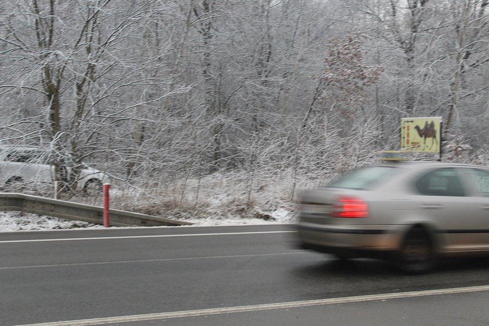 Část silnice I/55 u Hodonína, kterou má ještě letos překlenout lávka pro pěší a cyklisty.