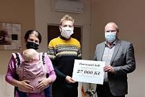 Zástupci foklorních souborů ze Svatobořic-Mistřína předali Nemocnici Kyjov šek na 27 tisíc  korun.